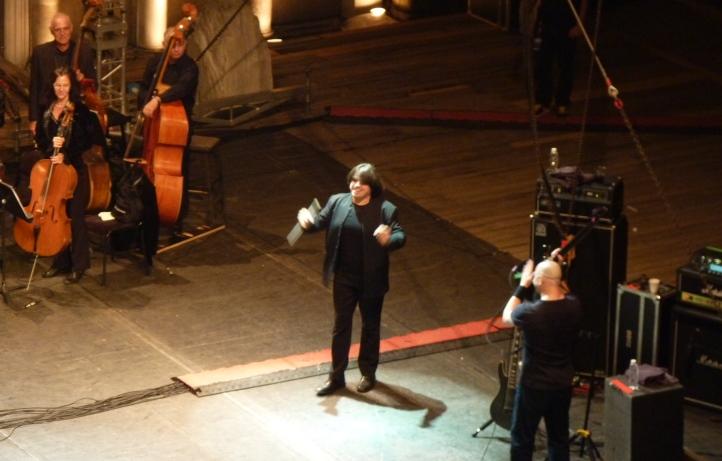 Арън Еди аплодира Левон Манукян, диригент на оркестъра на Държавна опера - Пловдив