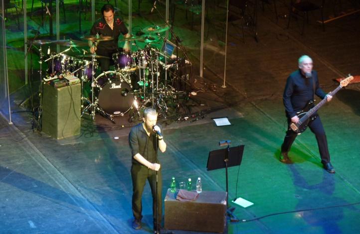 Ник Холмс (вокали), Стив Едмъндсън (бас китара) и Едриън Ерландсън (барабани) на сцената на Античния театър в Пловдив